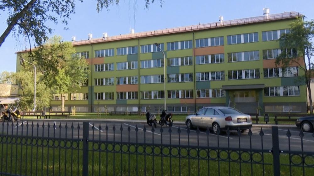 Griestu apmetums, kas nokrita vienā no Jēkabpils 2.vidusskolas mācību kabinetiem, bijis par biezu