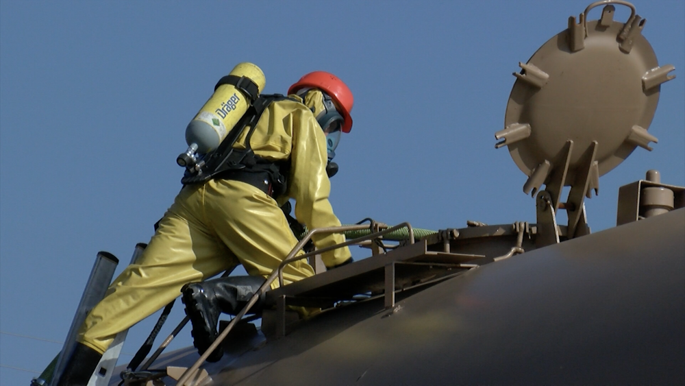 Mācībās novērš naftas noplūdi un ugunsgrēku