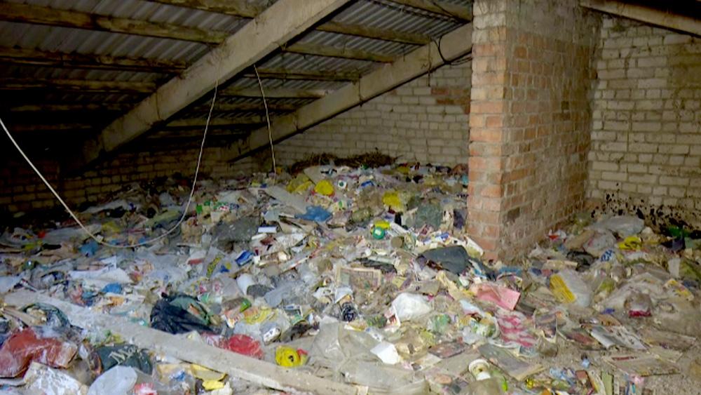 Daudzdzīvokļu mājas bēniņi pārvērsti par atkritumu izgāztuvi