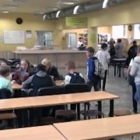 Lielākās problēmas skolām sagādā distances ievērošana ēdināšanas laikā un koptelpās