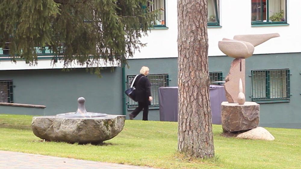 Ogrē pie slimnīcas atklāts skulptūru dārzs