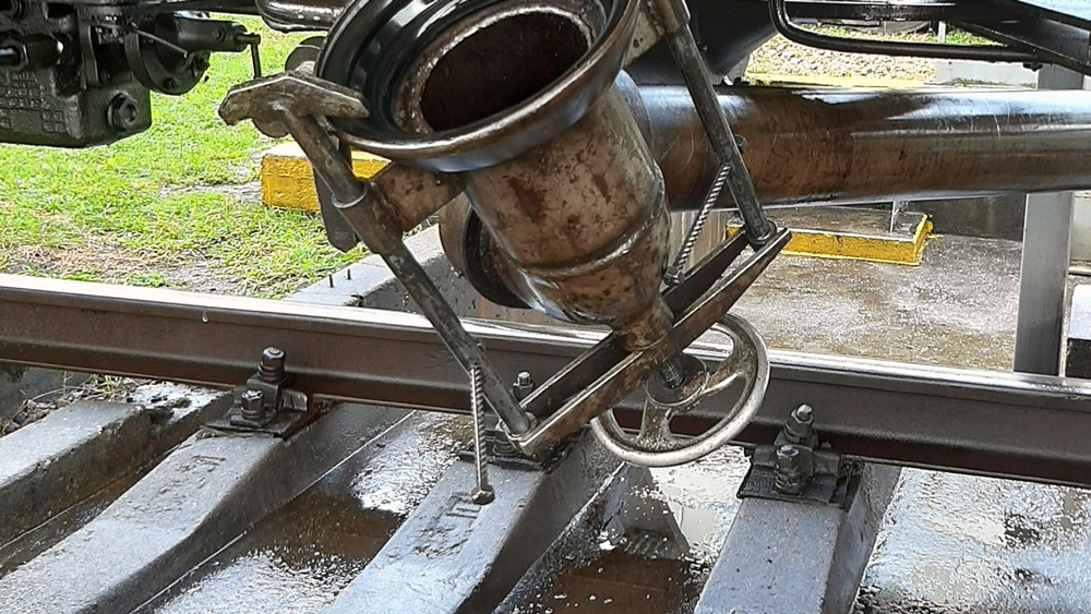Naftas bāzē Valmierā no dzelzceļa cisternas notikusi naftas produktu noplūde