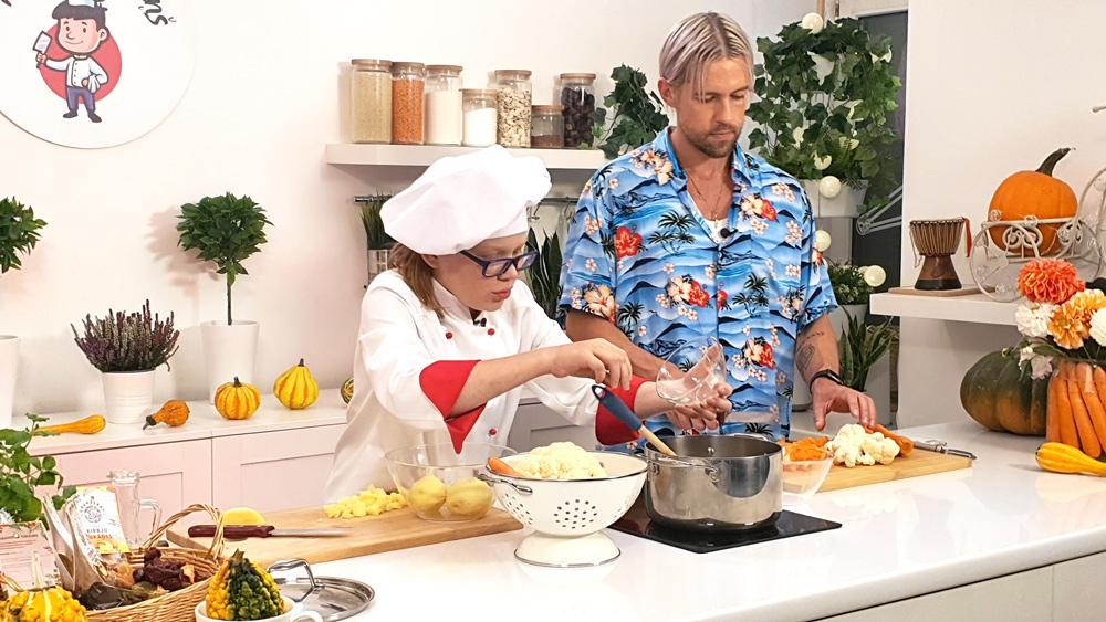 Markus Riva gatavo dārzeņu zupu ar kokosriekstu pienu, grauzdiņiem un zaļumiem