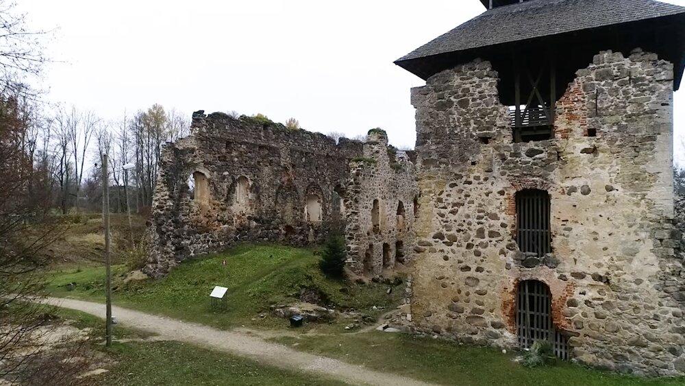 Raunas pilsdrupās nozagta 500 gadus senu akmens plāksni
