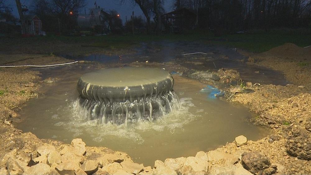 Kanalizācijas avārijas dēļ applūst privātmājas pagalms