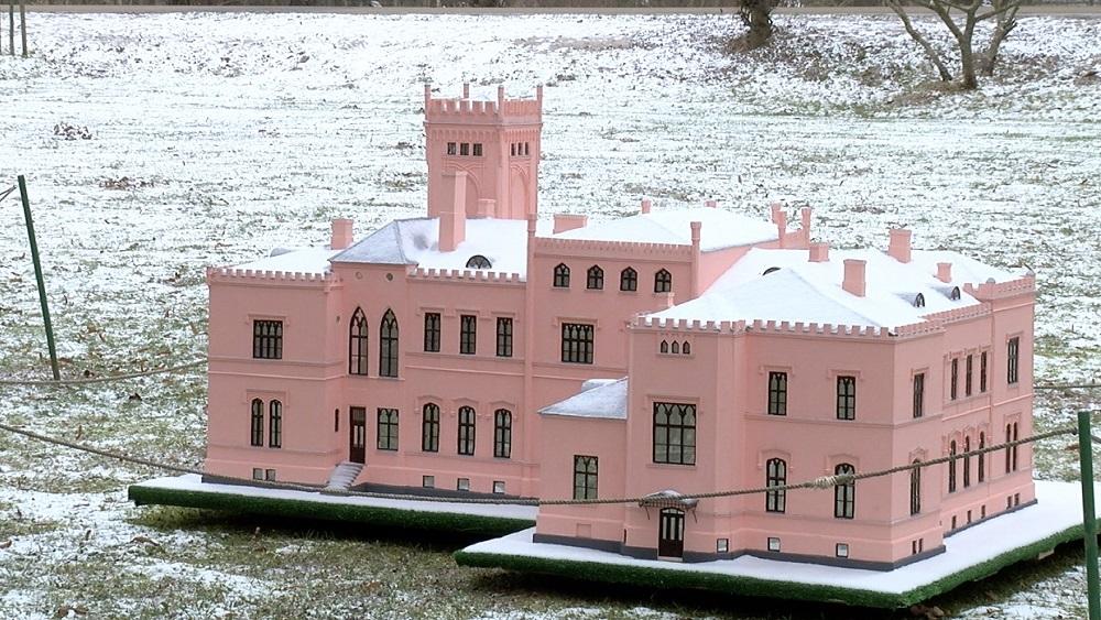 Māksliniece Latvijā veido iespaidīgas piļu miniatūras