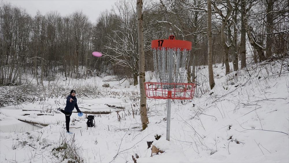 Disku golfu spēlē arī sniegā