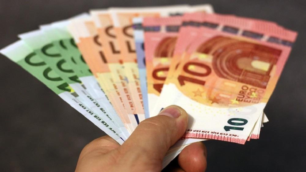 Skrundā krāpj ar eiro suvenīrbanknotēm