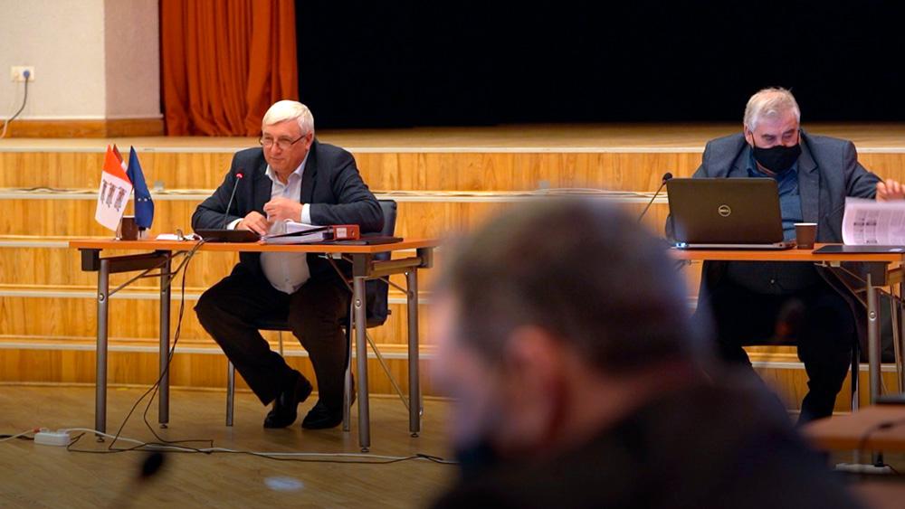 Daugavpils novada deputāti pārkāpj likumu, sēdē klātienē esot bez maskām