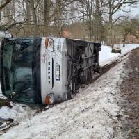 Allažu pagastā apgāžoties pasažieru autobusam, cietuši pieci pasažieri