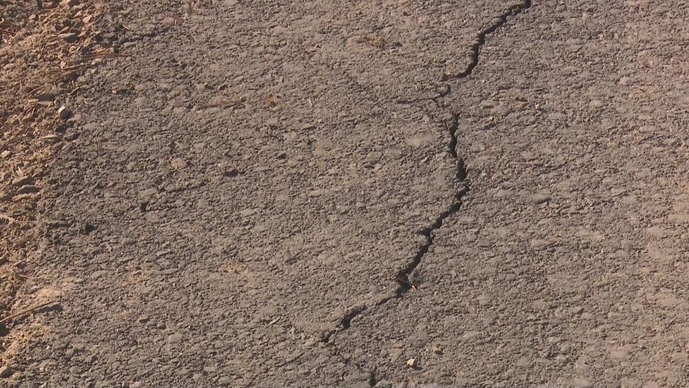 Dažu pērn asfaltēto Jēkabpils ielu segumā jau vērojamas plaisas