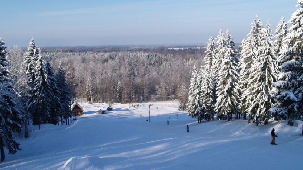 Kalnu slēpošanas trases turpina darbu