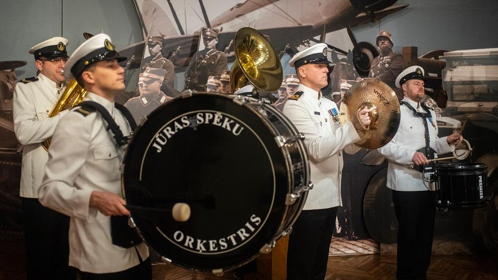 Mediķus un pacientus priecē Jūras spēku orķestra koncerts