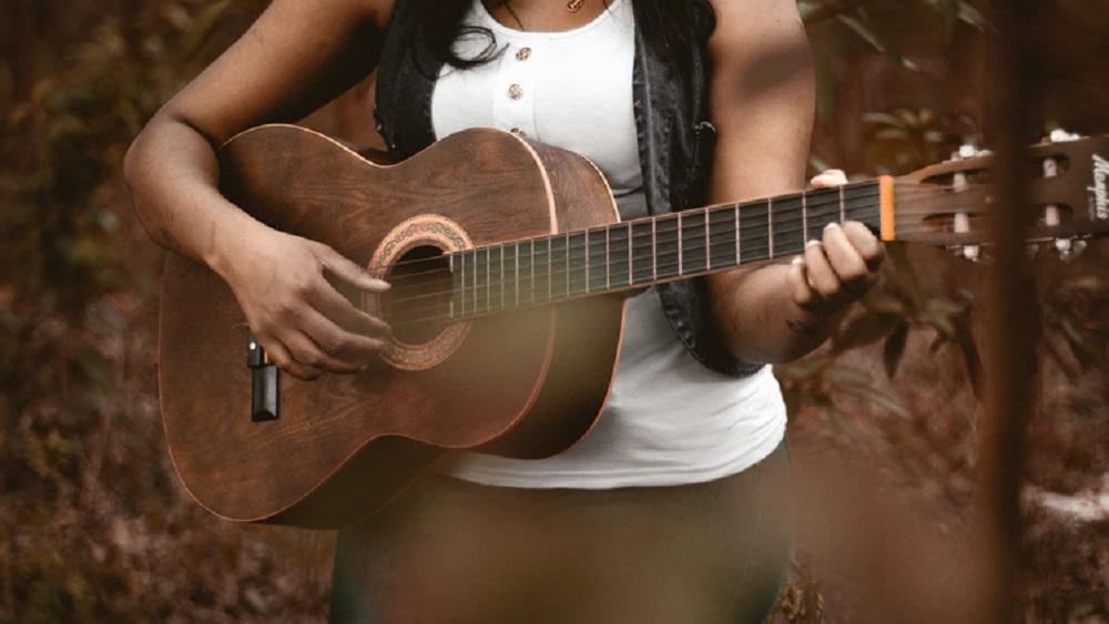 Gaujienā var iemēģināt roku āra mūzikas instrumentu spēlē