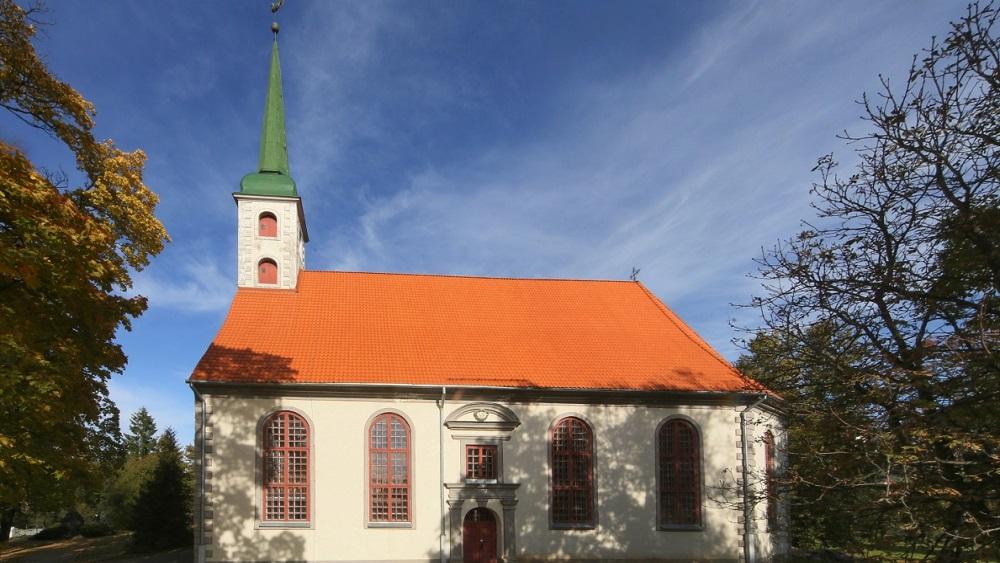 Vēja brāzmās no baznīcas jumta nokrīt krusta šķērskoks