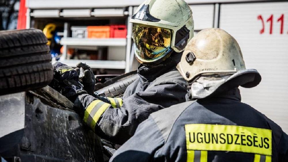 Ugunsgrēks Rīgā izdzēš astoņu cilvēku dzīvības