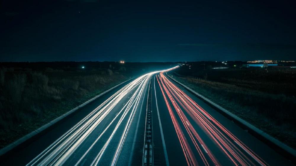 Autovadītāji neizpratnē, kāpēc ceļus neremontē arī brīvdienās