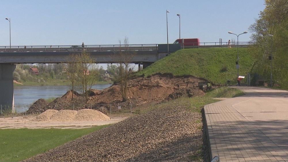 Zem Daugavas tilta Jēkabpilī veido aizsargdambju savienojumu