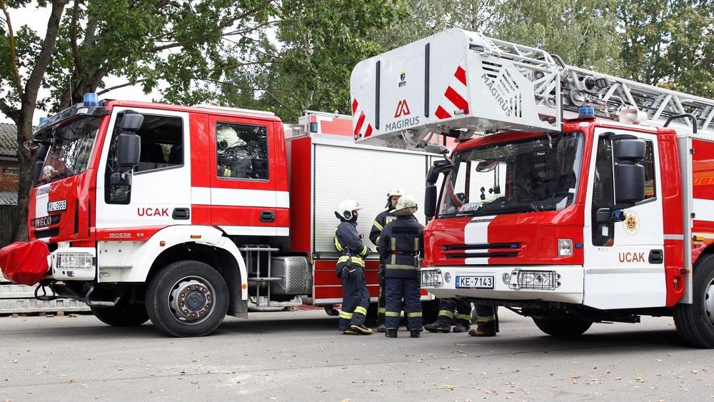 Grobiņā vienā ugunsgrēkā degušas sešas ēkas