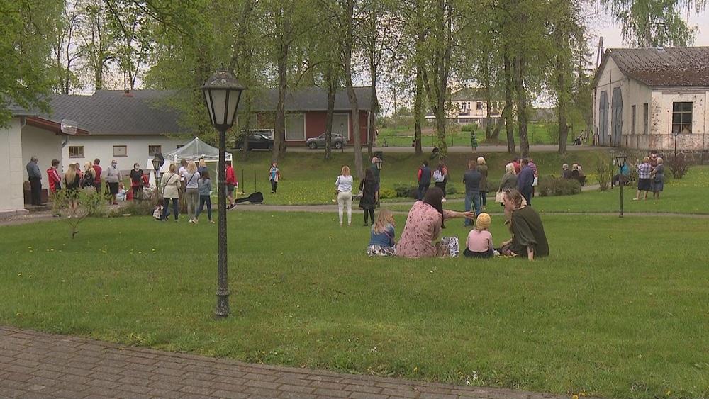 Latvijā ievērojami mākslinieki piedāvā savus mākslas darbus brīvdabas tirdziņā Viesītē