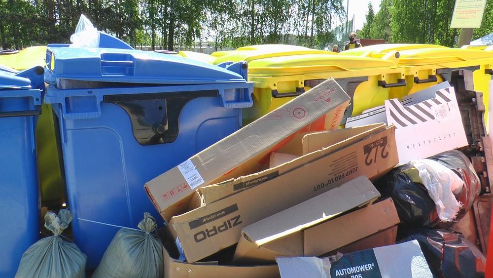 Publiskajos šķiroto atkritumu konteineros daudz piemaisījumu