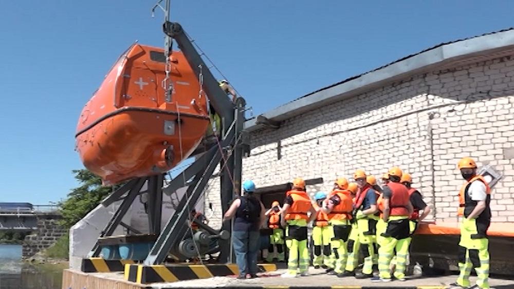 Liepājas Jūrniecības koledžas studenti sāk apmācības ar slēgtā tipa glābšanas laivu