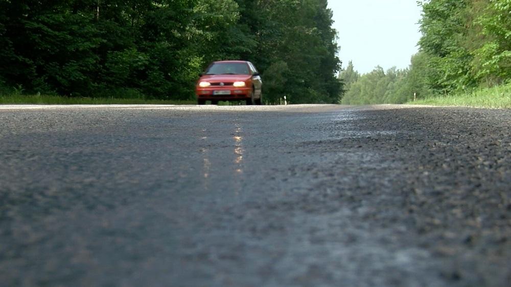 Brīdina par izsvīdumiem uz asfalta ceļiem