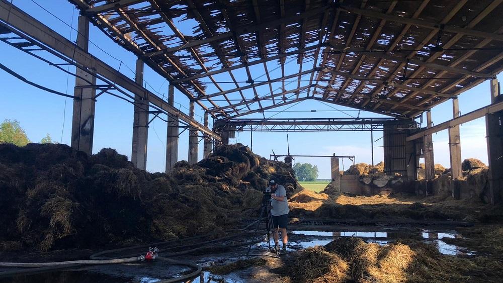 Ventspils novadā jau diennakti cīnās ar ugunsgrēku siena ruļļu angārā