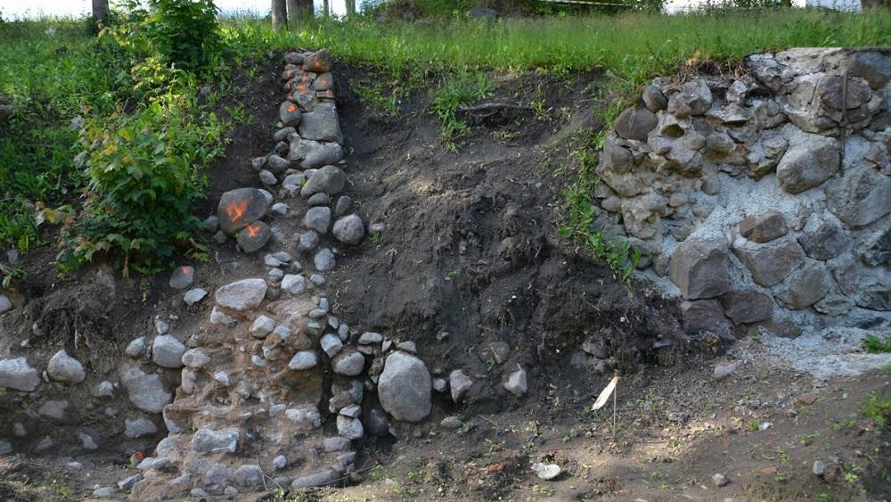Valmierā atklāj pilsētas mūra senu daļu
