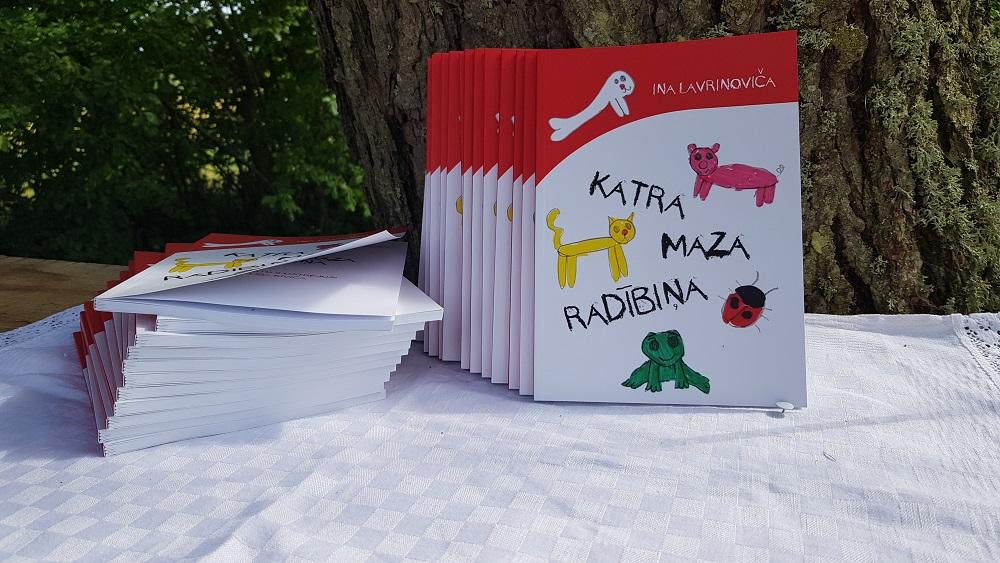 Dzejoļu grāmatu ilustrē astoņus gadus jauna māksliniece