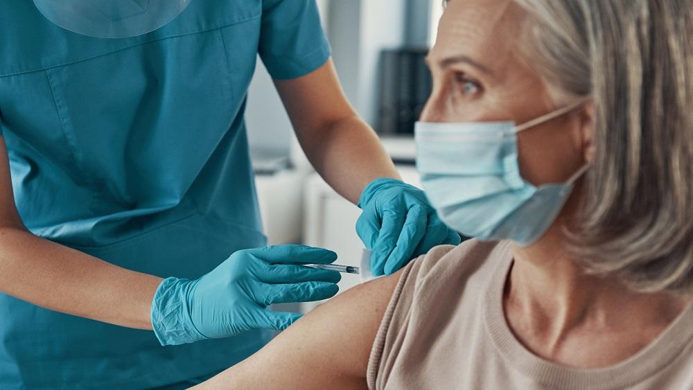 """Latvijas pilsoņi vakcinējušies ar """"Sputņik V"""" vakcīnu; ģimenes ārsti nezina, kā rīkoties tālāk"""