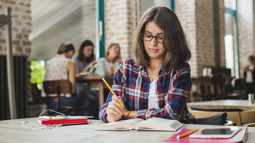 Reģionu augstskolās trūkst studentu; budžetu vietas nepildās