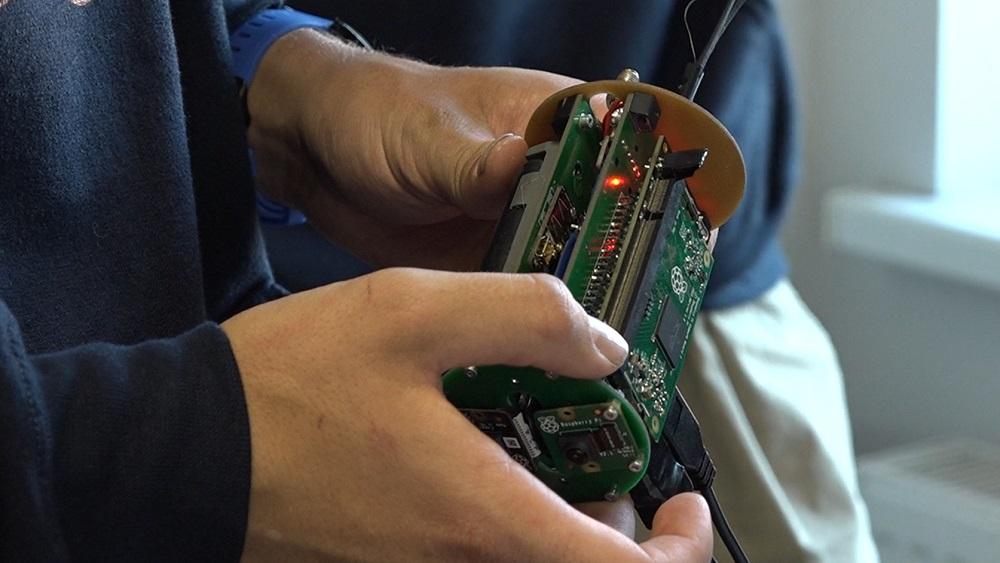 Vidusskolēni veido satelīta prototipu