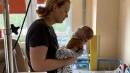 Vecāki lūdz naudu maza bērna transportēšanai; vajadzīgi vismaz 100 000 eiro