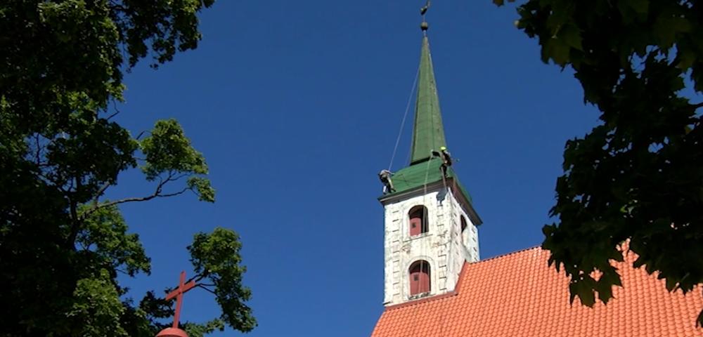 Alpīnisti apseko Limbažu  baznīcas torņa un gaiļa tehnisko stāvokli