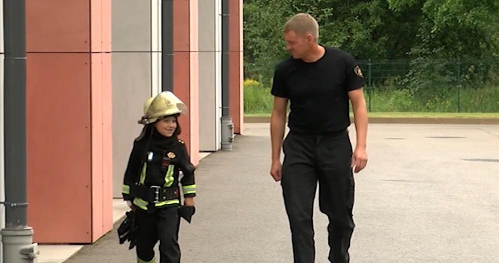 Sešgadīgs puisēns apceļojis visus Latvijas ugunsdzēsības depo